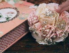 TULE E BROCHES: buquê de flores de tecido com aplicações de broches, pérolas, tule e detalhe com pluma. Da Bouquet Boutique (www.bouquetbout...