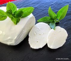 Mozzarella casera en microondas | Cocinar en casa es facilisimo.com - vma. How To Make Cheese, Food To Make, Brie, Cookie Desserts, Dessert Recipes, Epoisses, Queso Mozzarella, Queso Cheese, Micro Onde