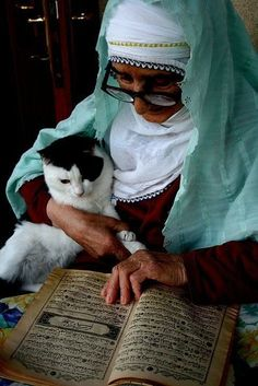 Elderly Muslim Lady Reading Quran - Mushaf Photos (Books of Quran)… Cat Reading, Woman Reading, Crazy Cat Lady, Crazy Cats, Le Prophete Mohamed, Moslem, Video Chat, Amor Animal, Photo Chat