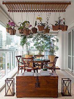 A paisagista Paula Galbi recebeu uma difícil missão da arquiteta carioca Maria Cecília Figueira de Mello, do escritório GMC Arquitetura: criar um lugar para expor as orquídeas da moradora. Para driblar a falta de espaço, Paula fez uma estrutura suspensa na varanda com ripas de cumaru que suporta até dez vasos