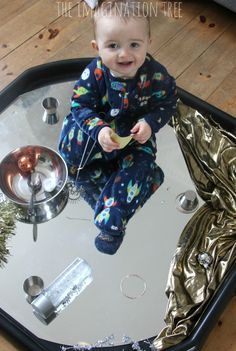 Baby and toddler mirrored tuff spot play Baby Room Activities, Eyfs Activities, Infant Activities, Baby Sensory Play, Baby Play, Baby Room Ideas Early Years, Tuff Tray Ideas Toddlers, Heuristic Play, Curiosity Approach