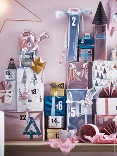 Nu är det dags att plocka fram allt som behövs för årets roligaste pyssel! Snöre, tejp, etiketter och presentpapper och påsar i vackra metalliska pasteller gör det lätt att få till en kreativ och modern paketinslagning. Lekfullt under granen med VINTER 2015 presentpappersrullar i pastell.