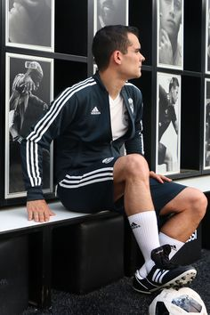 Ropa de entreno Real Madrid, chaqueta, short y camiseta. Foto: Marcela Sansalvador para futbolmania.com Cute Guys, Sporty, Outfits, Style, Fashion, Real Madrid Goalkeeper, Target Practice, Workout Outfits, Jackets