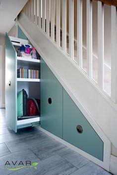 Utdragbara lådor under trappan