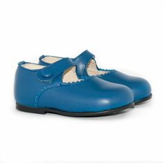 No te quedes sin tus merceditas azules de Minishoes: http://www.minishoes.es/es/tienda/39-merceditas-piel-boton.html