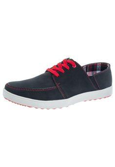 Zapato Casual Pier Nine color negro, elaborado en sintético. Diseño con lining fino en tono rojo, textura suave y revestimientos de refuerzo. Tiene punta redonda, bandas elásticas en los laterales, collarín delgado y plantilla acolchada. Forro en textil y suela en PVC.