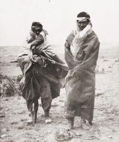 Hombres tehuelche con vestimenta tradicional. Autor desconocido. S/F. En: Archivo Fotográfico MCHAP. American Indian Art, Native American, Patagonia, Australian Aboriginals, Melbourne Museum, No Name, Tribal Art, South America, African