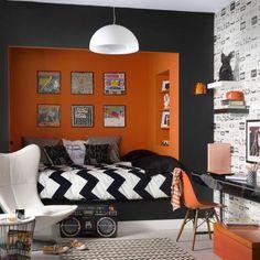 chambre d'ado garcon en orange et gris foncé, tapis beige e lustre design en blanc