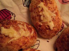 I dag bagte jeg disse lækre ostebrød som tilbehør til vores aspargessuppe.  Opskriften er oprindeligt fra Arla og kan ses her . Ud af den o...