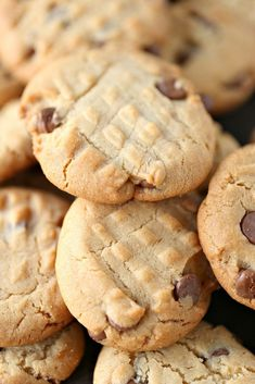 These homemade Peanut Butter Chocolate Chip Cookies are super easy to make and loaded with chocolate chips. Every bite is perfection! Homemade Peanut Butter, Chocolate Peanut Butter, Chocolate Chips, Chocolate Chip Cookies, Easy Cookie Recipes, Snack Recipes, Dessert Recipes, Delicious Recipes, Homemade Cookies