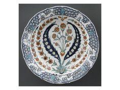 Plat au bouquet de 5 fleurettes entre 2 palmes - Musée national de la Renaissance (Ecouen)