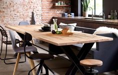 brickwall en verschillende zwarte stoelen