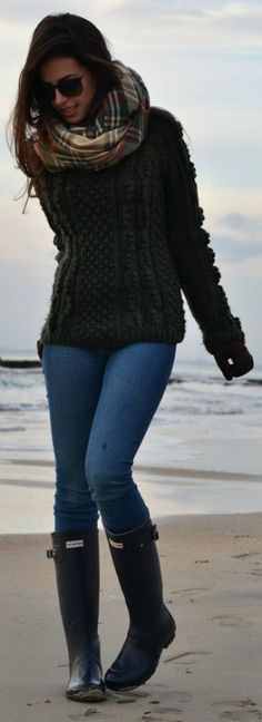 Womens hunter wellies, hunter rain boots, fall outfits, outfits for rainy d Hunter Boots Outfit, Hunter Rain Boots, Womens Hunter Boots, Casual Outfits, Cute Outfits, Fashion Outfits, Beach Outfits, Fashion Clothes, Dress Outfits