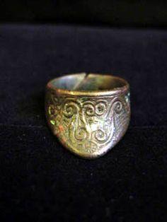 Luristan archer's ring? http://anthromuseum.missouri.edu/online/thumbring/thumbringpersia.shtml