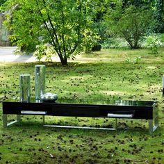 Mesa de tv de estilo vintage, con 1 cajón y patas metálicas.Realizado en madera barnizadas y lacadas. Outdoor Furniture, Outdoor Decor, Bench, Park, Plants, Home Decor, Vintage Style, Wood, Furniture