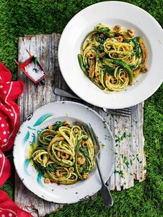 Linguine with spinach, courgettes and brown shrimp