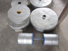 How i made my concrete plates & dumbbells Homemade Gym Equipment, Diy Gym Equipment, Weight Lifting Equipment, Outdoor Fitness Equipment, No Equipment Workout, Home Made Gym, Diy Home Gym, Diy Dumbbell, Backyard Gym