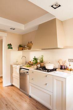 Cocina pequeña con paredes y mobiliario en beige y encimera de Silestone blanca