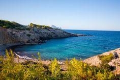 Cala Codolar, una pequeña playa de aguas cristalinas. Cala Codolar, a small beach with transparent waters. Ibiza Wedding, Places Worth Visiting, Balearic Islands, Majorca, Canary Islands, Luxury Travel, Beautiful World, Europe, Ocean