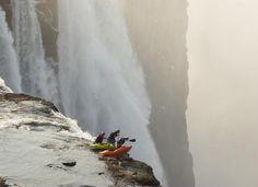 VÅGHALSER: Steve Fisher (37), Dale Jardine (33) fra Sør-Afrika og Sam Drevo (33) fra USA padlet helt til kanten av Victoria  Falls og stoppet på en liten øy. Vel framme var det tid til en liten titt. Foto: Barcroft/Bulls Press
