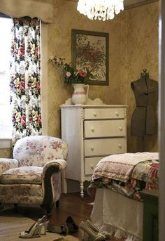 Eye For Design: Create Cozy English Cottage Rooms With Floral Chintz Fabric English Cottage Interiors, English Cottage Style, English Country Decor, English Style, English Cottage Bedrooms, Country Style, Cosy Living, Cottage Living, Cottage Chic