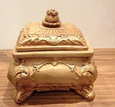 Peças em Gesso, pintadas à mão, com pintura especial efeito madeira e detalhes em dourado. Estilo Vitoriano.
