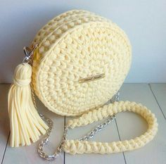 This Pin was discovered by fozCrochet Handbag Tutorial http:Crochet hand made Crotchet Bags, Bag Crochet, Crochet Shell Stitch, Crochet Clutch, Crochet Handbags, Crochet Purses, Knitted Bags, Love Crochet, Crochet Clothes