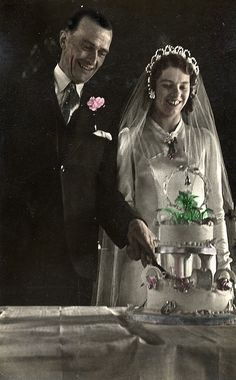 Bride and groom cutting the wedding cake in the 1940s via the collection of LovedayLemon.