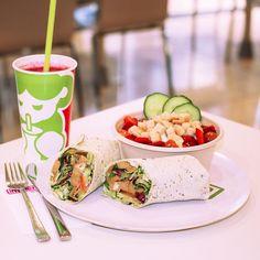 """Wir haben uns gerade einen frischen Wrap zum Mittag gegönnt. 🌯 Dazu einen knackigen Salat und den superfrischen """"Beerensturm-Saft"""" aus verschiedenen Beeren und Apfel - Yummi! 😋🍓🍎🥗🥒Was gab es bei euch heute Mittag?  #ThierGalerie #ThierGalerieDortmund #Immergrün  #wrap #immergruen #yummy #delicious #salat #healthyfood #eathappy #superfrisch #saft #cleandrink #beerensturm #beeren #dortmund #lunch #fresh #foodpic #yum #vegetables #instalecker #instafood #food #lunchtime #schönbunt #lecker…"""