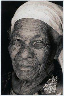 """Femme âgée, doyenne, mère des Kalungas dans le Sertao - Titouan Lamazou, Interview de l'artiste et portraits de femmes, Exposition """"Femmes du monde"""" - Titouan Lamazou : """"Joana est la doyenne de mes modèles, elle a 107 ans. C'est une femme passionnante. Elle appartient à la communauté des Kalungas, descendants d'esclaves noirs qui vivent dans le centre-ouest du Brésil..."""