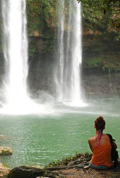 #CascadaAguaAzul, una de las bellezas naturales más distinguidas de #Mexico. ¿Te animas a nadar debajo de ellas?¿O prefieres descansar junto a su caída?