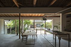 Traditional Japanese house updated with a curved plywood interior. Contemporary Architecture, Japanese Architecture, Interior Architecture, Plywood Interior, Traditional Japanese House, Casa Patio, Curved Walls, Japanese Interior, Japanese Design