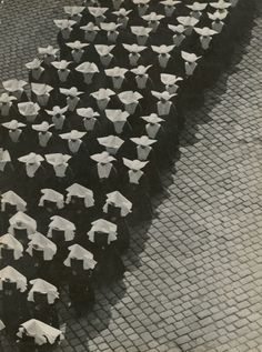 Erno Vadas, Procession, Budapest, 1934 © Hungarian Museum of Photography