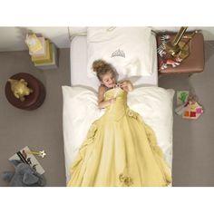 Pościel Snurk Princess Yellow 140x200 wykonana jest w 100% z bawełny perkalinowej. Tkanina jest wyjątkowo miękka i delikatniejsza od zwykłej bawełny ze względu na wysoką gęstość splotu. Girls Dresses, Flower Girl Dresses, Nuancer, Disney Princess, Wedding Dresses, Kids, Yellow, Products, Fashion