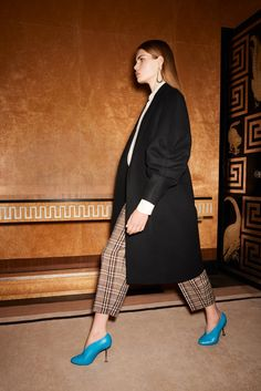 Fashion Week New York Pre-Fall 2017 look 19 from the Victoria Beckham collection womenswear Victoria Beckham, Fashion 2017, Runway Fashion, Fashion Show, Colourful Outfits, Cool Outfits, Winter Mode, Winter 2017, Fall Winter