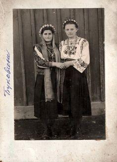 Ukraine, Bukovina region #Ukraine #culture #ukrainianclothes #ethnic #Ukrainians Folklore, Folk Costume, Costumes, Moldova, Central Asia, Vintage Pictures, Vintage Cards, Historical Photos, Alter