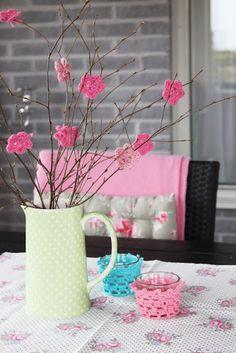 Cute flowers. The pattern, in Swedish, is here http://handmadebydodo.blogspot.se/2009/09/blommor.html