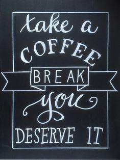 coffeequote in handlettering op krijtbord