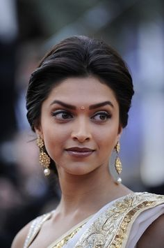 Deepika Padukone at the On Tour Premiere at Cannes Film Festival. She looks lovely. I love that she wore a sari and the jewellery is gorgeous. Pretty People, Beautiful People, Beautiful Women, Beauty Around The World, People Around The World, Indian Hairstyles, Wedding Hairstyles, Layered Hairstyles, Deepika Padukone Hair