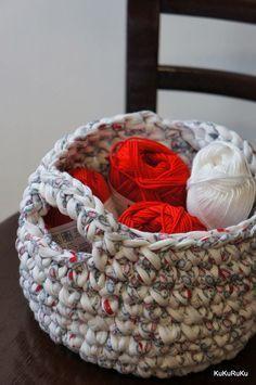 Mám dojem, že špagetová příze je ideální hlavně na ty košíky. A protože návod na obdélníkový  (čtvercový) už máme, čeká nás košík kulatý.   ... Merino Wool Blanket, Knit Crochet, Crotchet, Diy And Crafts, Projects To Try, Artsy, Basket, Knitting, Handmade
