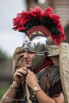 Red rooster. Legio XXI Rapax - a historical reenactment of Roman legion. Rekonstrukcja historyczna rzymskich legionów.