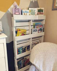 9 Creative Wood Pallet Bookshelf Plans on Sensod - Sensod - Create. Old Pallets, Recycled Pallets, Wooden Pallets, Wooden Diy, Pallet Wood, Wooden Pallet Projects, Wooden Pallet Furniture, Pallet Crafts, Pallet Ideas