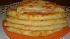 В миске перемешайте 1 ст кефира с солью, сахаром и содой 0.5 ч.л. Добавьте натертый сыр 250 гр и муку 2 ст, Вымешайте тесто, раскатайте лепешки, на середину выложите начинку. Добавьте сыр 100 гр. Жарьте на разогретом подсолнечном масле с двух сторон при закрытой крышке.