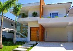 Localizada no Condomínio Jardim Acapulco, um loteamento fechado no litoral paulista, esta moderna residência conta com arquitetura de linhas contemporâneas e materiais de primeira qualidade em sua exuberante fachada.