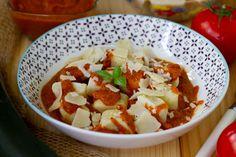 Gnocchi z ricotty podane z sosem pomidorowo-cukiniowym Gnocchi, Ricotta, Salsa, Ethnic Recipes, Food, Essen, Salsa Music, Meals, Yemek