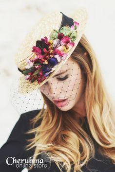Toucados birdcage para convidadas de Cherubina. #casamento #convidadas #acessorios #toucados #birdcage #flores #chapéu