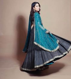 Gorgeous Lehenga Border Ideas That You Need To Bookmark Now Mode Bollywood, Bollywood Fashion, Bollywood Saree, Indian Wedding Outfits, Indian Outfits, Indian Clothes, Indian Designer Outfits, Designer Dresses, Cotton Lehenga