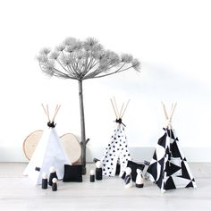 Deze Mini Teepee is leuk als decoratie op de babykamer. Geheel in monochrome stijl. Deze tipi is ook leuk om mee te spelen in combinatie met onze peg-dolls en kussentjes. De teepee wordt met veel liefde met de hand gemaakt. 23cm hoog. www.nuki-nuby.nl