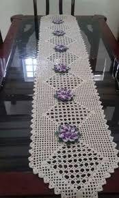 Caminho de mesa - Decoration Fireplace Garden art ideas Home accessories Crochet Table Runner Pattern, Crochet Placemats, Crochet Doilies, Crochet Flowers, Crochet Lace, Baby Afghan Crochet, Filet Crochet, Crochet Stitches, Crochet Bookmark Pattern