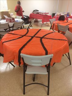 Orange circle table cloths with black streamers glued on to create a basketball! Wasn't expensive at all - What a great decoration for the sports theme classroom! {This might even be fu (Basketball Decorations) Basketball Baby Shower, Basketball Birthday Parties, Sports Birthday, Basketball Party Favors, Festa All Black, Basketball Decorations, Basketball Signs, Basketball Tattoos, Basketball Stuff